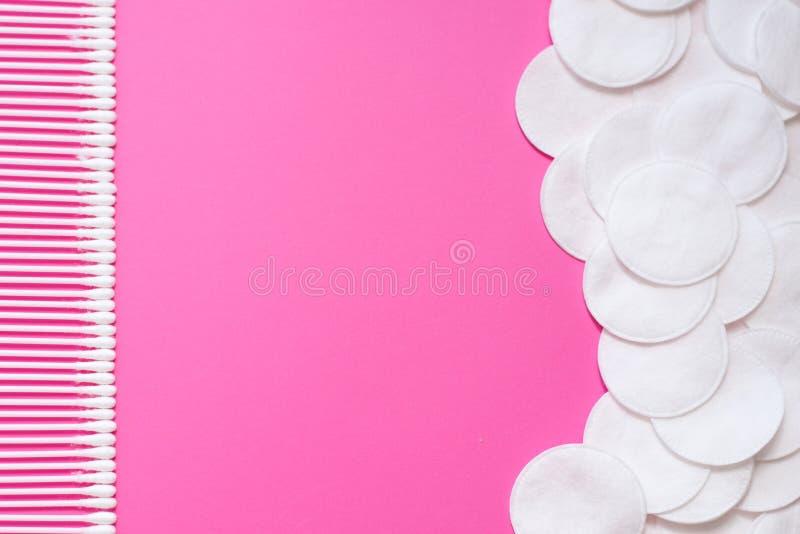 Bawełniani mopy i bawełniani ochraniacze na różowym tle Odgórny widok dysk dla piękno twarzy higieny Piękno, skóra, ciało opieka obrazy royalty free