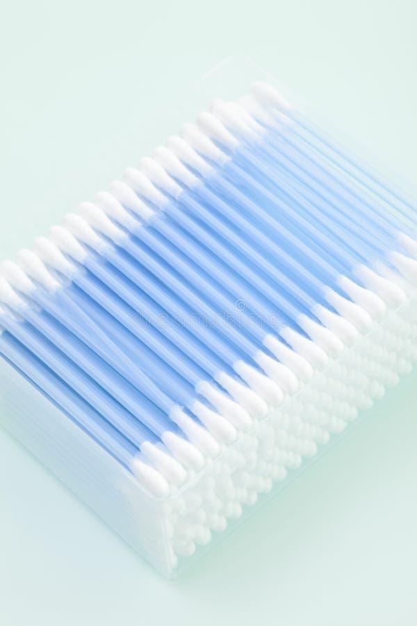 Bawełniani mopy w pudełku, podwyższony widok obraz stock