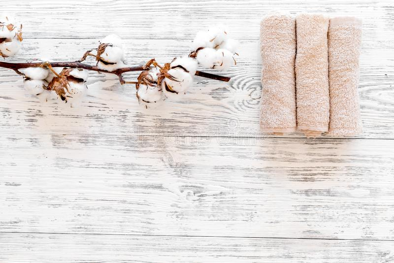 Bawełniani ręczniki wysokiej jakości Set ręczniki przekręcający zwitki blisko susi bawełniani kwiaty na białego drewnianego tła o zdjęcia royalty free