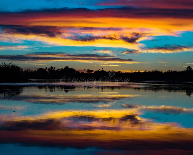 Bawełniany cukierek chmurnieje nad możną Kolorado rzeką fotografia stock