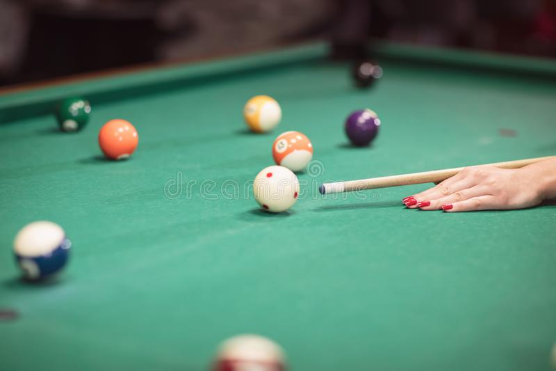 Bawić się bilardowy - W górę strzał bilardowych piłek na zielonym stole fotografia stock
