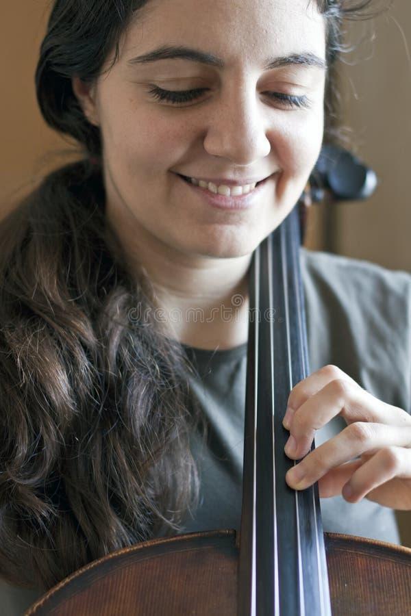 bawić się ładnych violoncello kobiety potomstwa obrazy royalty free