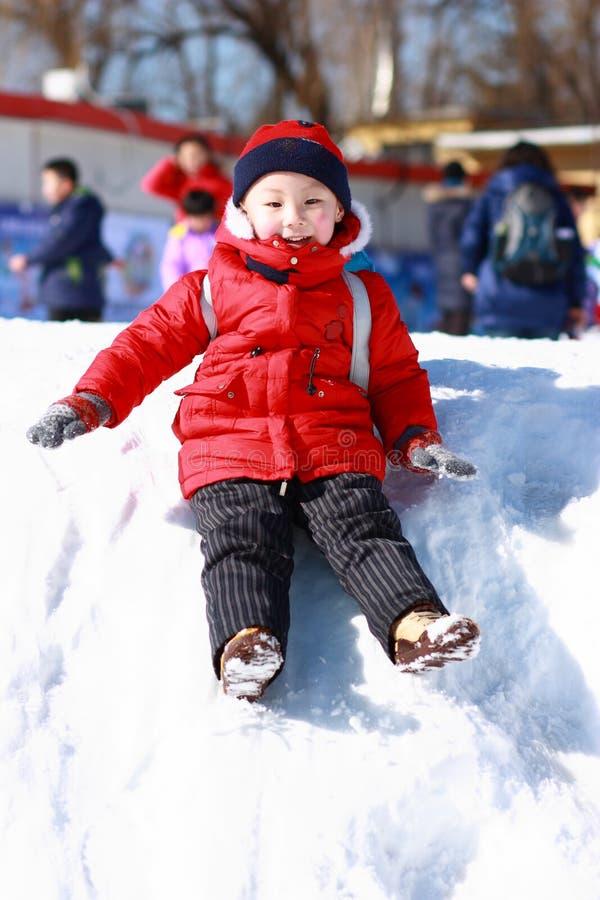 bawić się śnieg azjatykcia chłopiec zdjęcia stock
