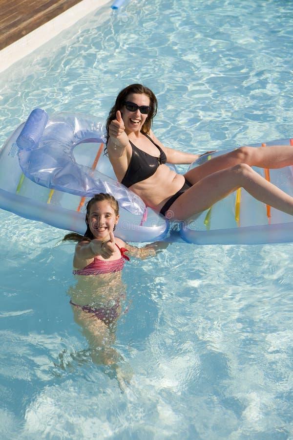 bawić się basenu dopłynięcie córki matka zdjęcia royalty free