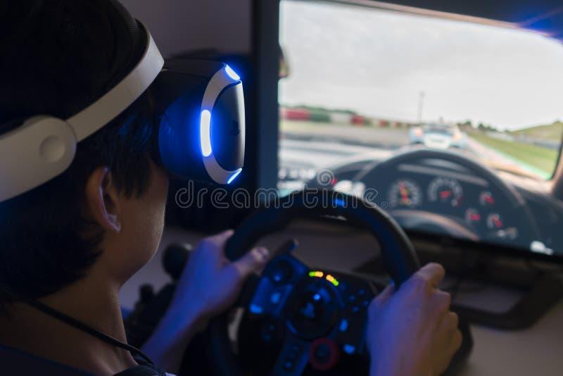 Bawić się bieżną wideo grę z VR słuchawki w domu zdjęcia stock