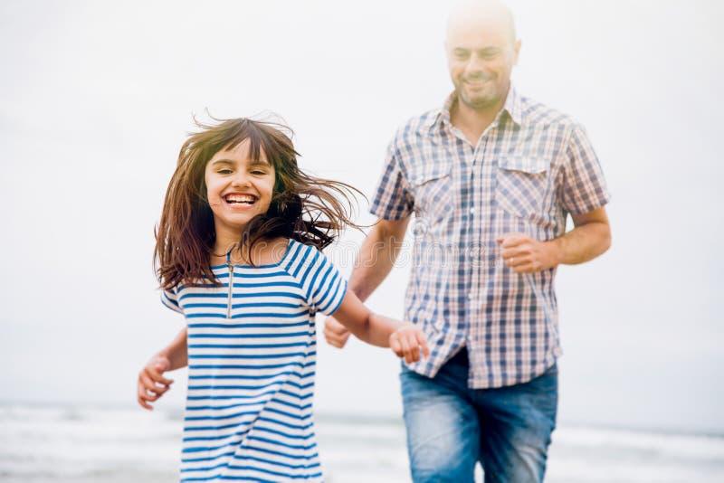 Bawić się etykietkę z tata na plaży fotografia stock