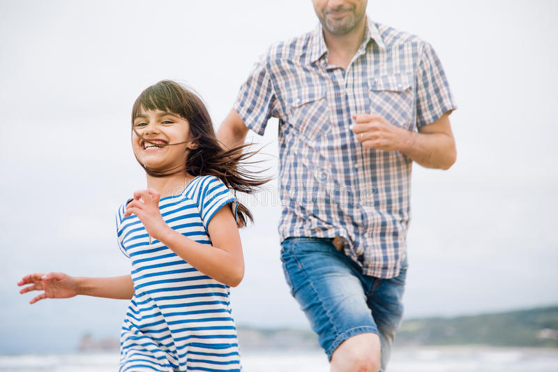 Bawić się etykietkę z tata na plaży zdjęcie royalty free
