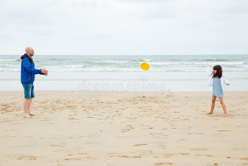 Bawić się frisbee z tata fotografia royalty free