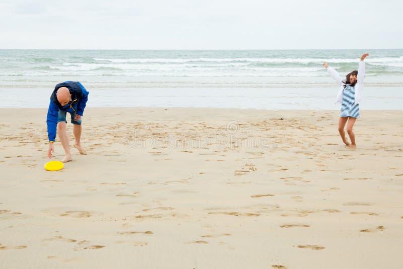 Bawić się frisbee z tata jest śmieszny zdjęcia stock