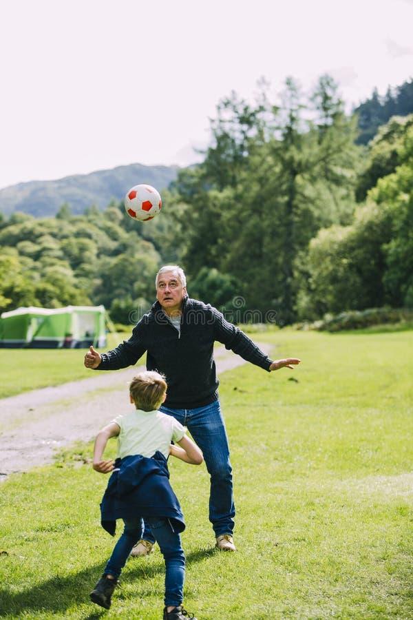 Bawić się futbol z Grandad zdjęcie stock