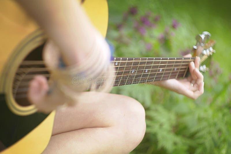Bawić się gitarę w lesie zdjęcia stock