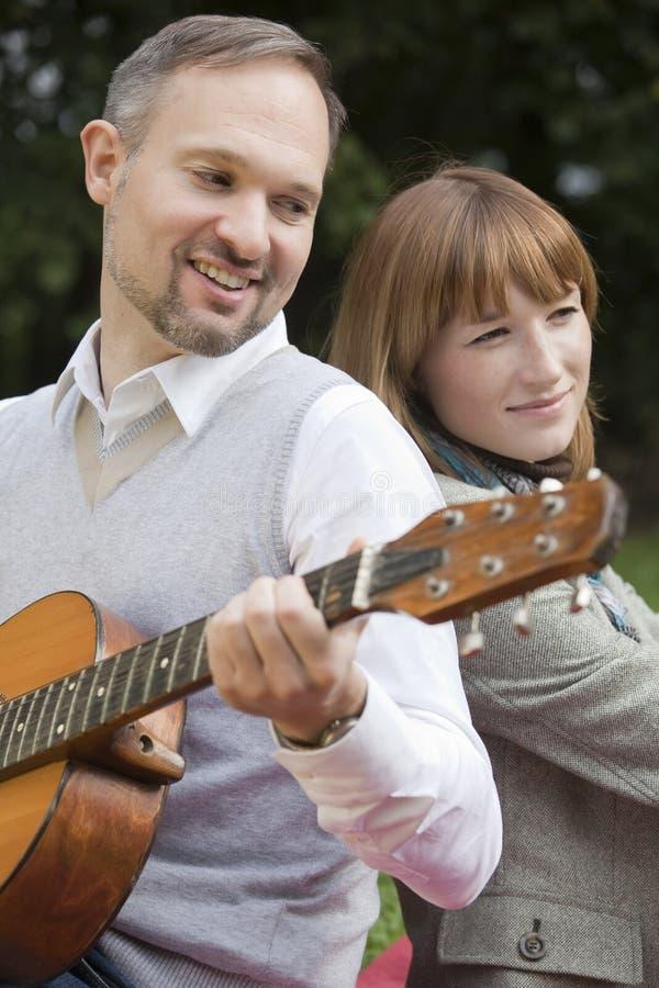 bawić się gitara mężczyzna fotografia royalty free