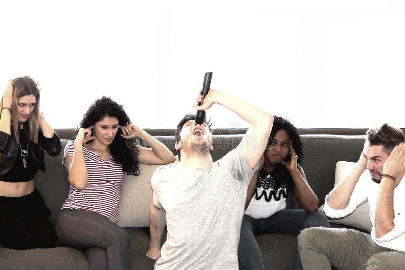 Bawić się karaoke w pokoju dziennym zdjęcia royalty free