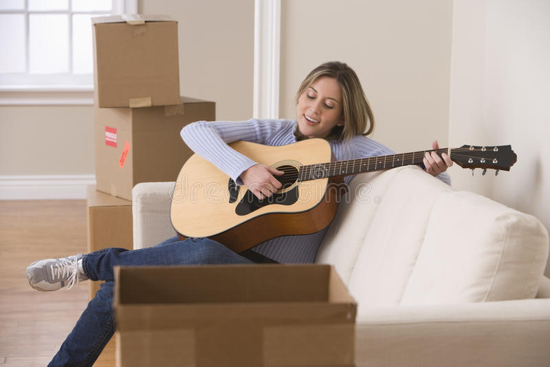 bawić się kobiet potomstwa atrakcyjna gitara zdjęcia stock
