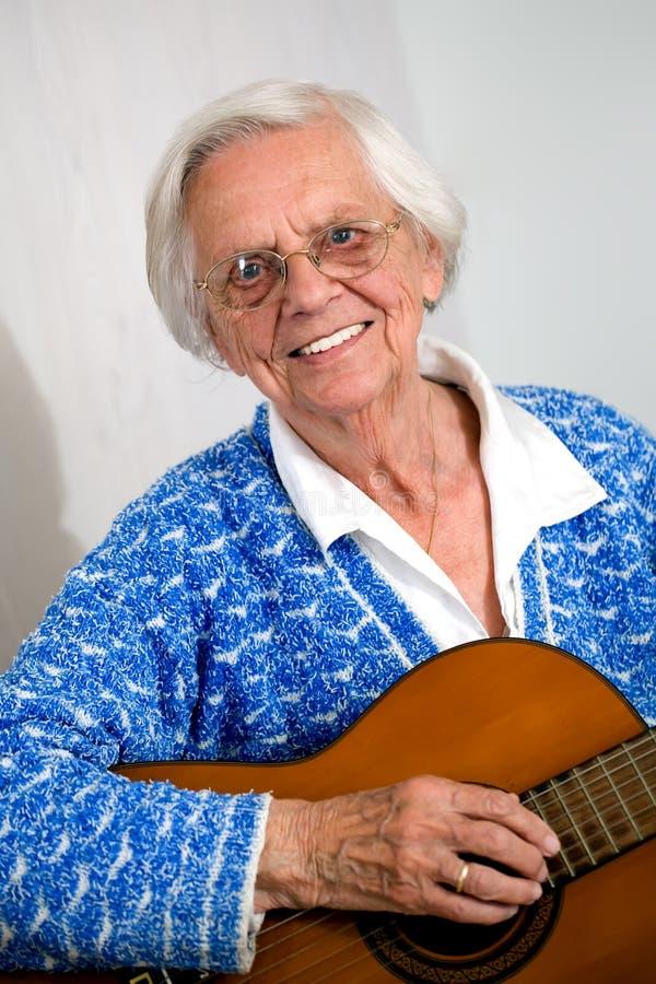 bawić się kobiety stara gitara fotografia stock