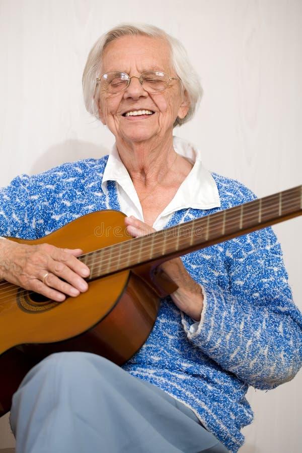 bawić się kobiety stara gitara zdjęcie royalty free
