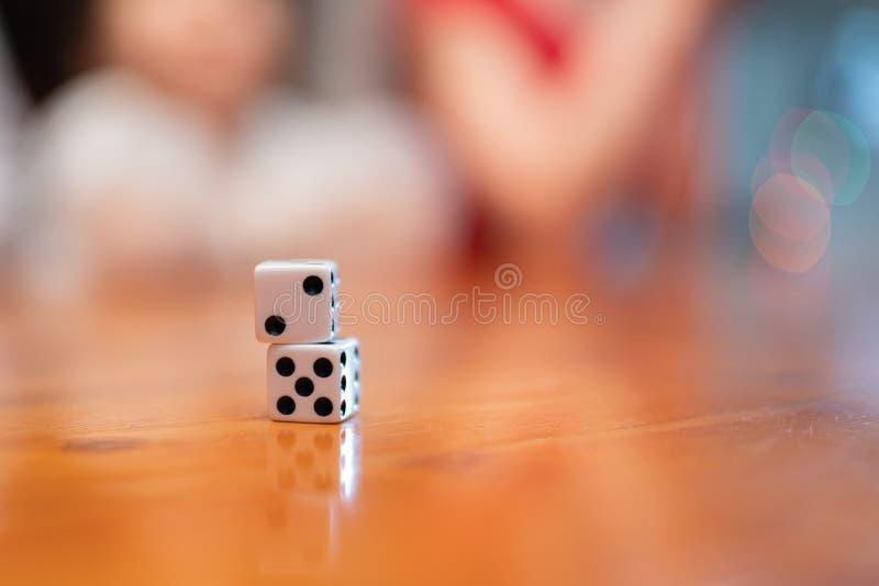 Bawić się kostki do gry na stole w górę zakończenia, zdjęcie royalty free