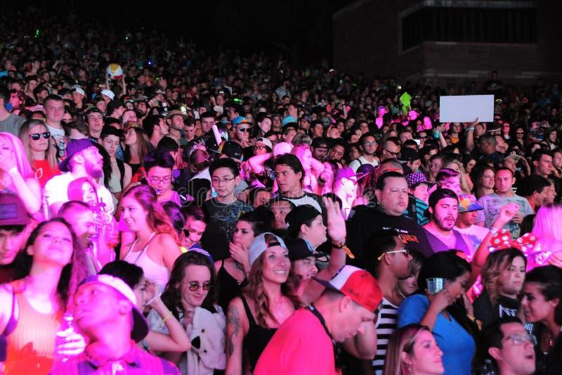 Bawić się Pod Różowymi Neonowymi światłami przy Globalnym tana festiwalem 2016 obraz stock