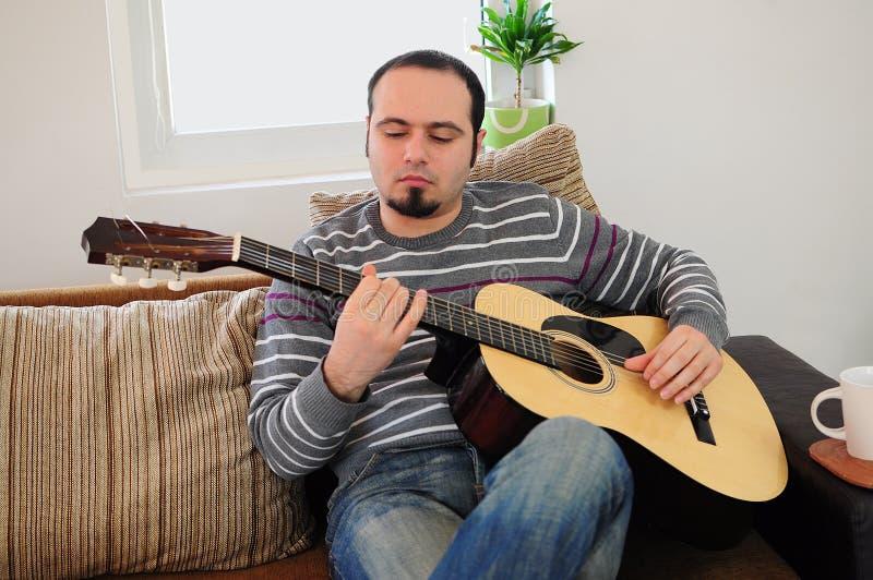 bawić się potomstwa gitara mężczyzna zdjęcia stock