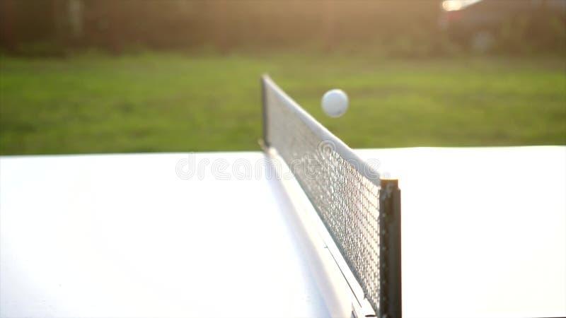 Bawić się stołowego tenisa grę w zwolnionego tempa plenerowym zakończeniu w słonecznym dniu zdjęcie stock