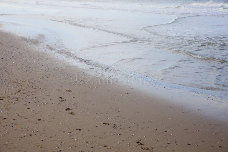 Bawić się w piasku przy plażą zdjęcia stock