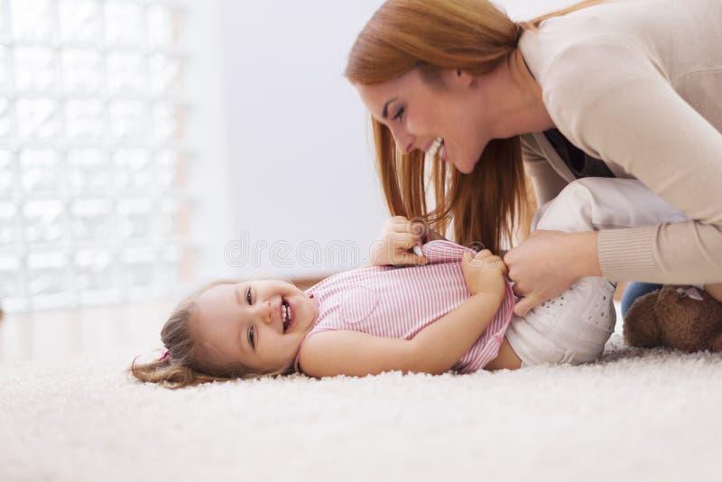 Bawić się z dzieckiem obraz stock