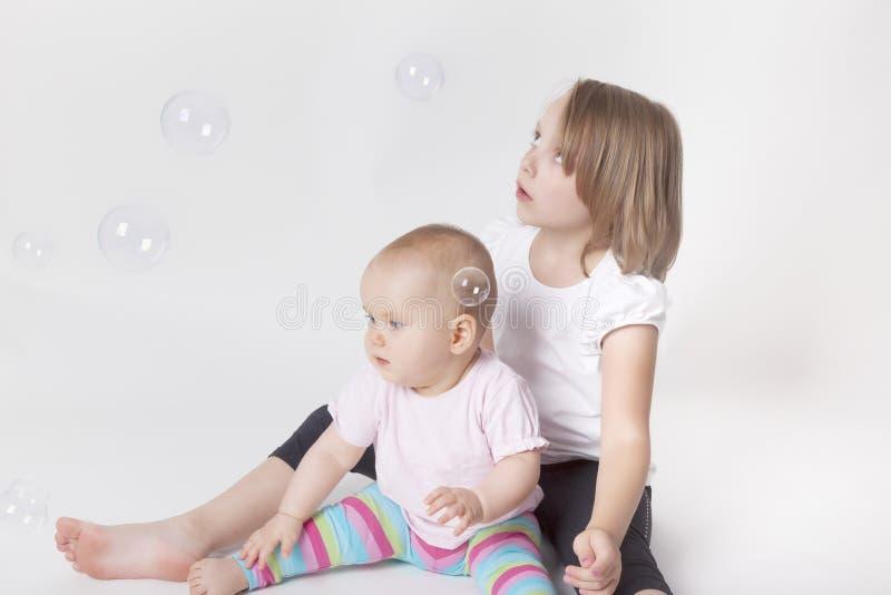 Bawić się z mydlanymi bąblami obraz stock
