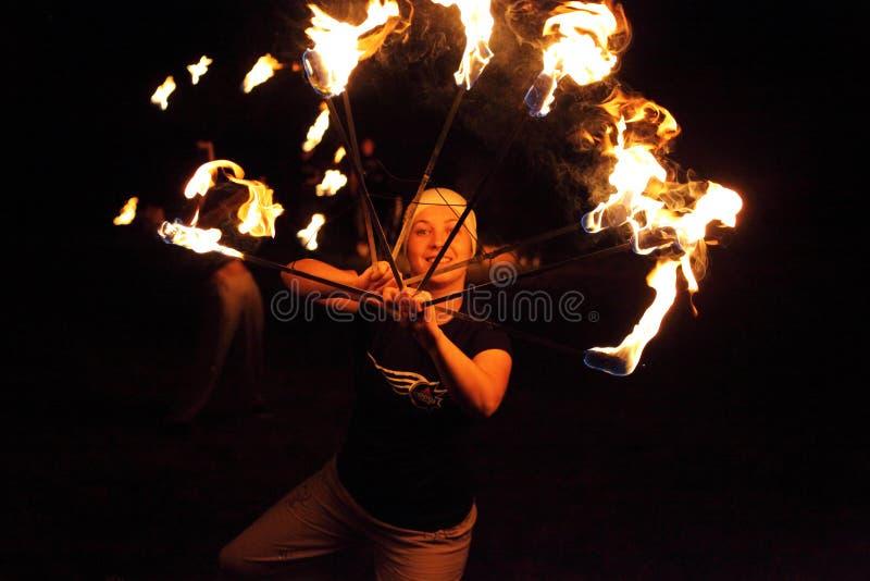 Bawić się z ogieniem pożarniczy juggler zdjęcia stock