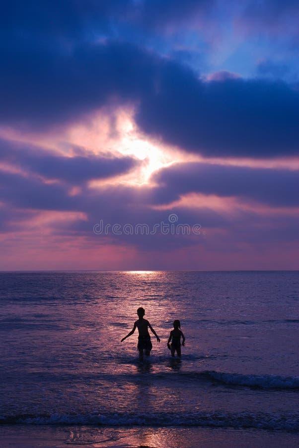 bawić się zmierzch plażowi dzieci obrazy stock