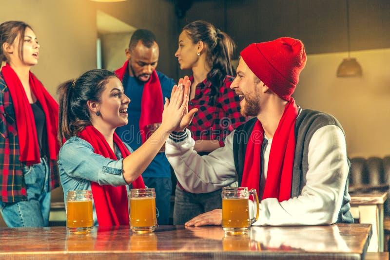 Bawi się, zaludnia, czasu wolnego, przyjaźni i rozrywki pojęcie, szczęśliwi fan piłki nożnej lub męscy przyjaciele pije piwo - i fotografia royalty free