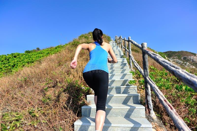 Bawi się kobieta bieg na halnych schodkach zdjęcie royalty free