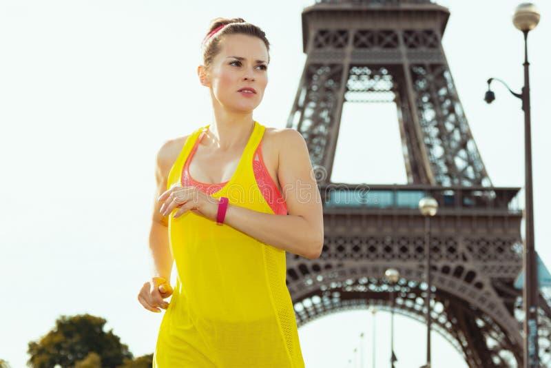 Bawi się kobiety nie daleko od wieży eiflej w Paryż, Francja jogging obrazy royalty free
