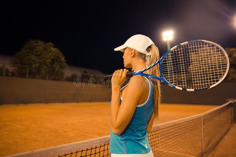 Bawi się kobiety trzyma tenisowego kant fotografia royalty free