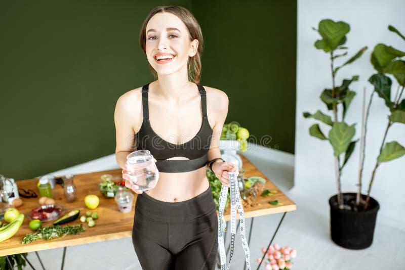 Bawi się kobiety z zdrowym jedzeniem fotografia royalty free