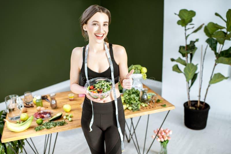 Bawi się kobiety z zdrowym jedzeniem obrazy royalty free