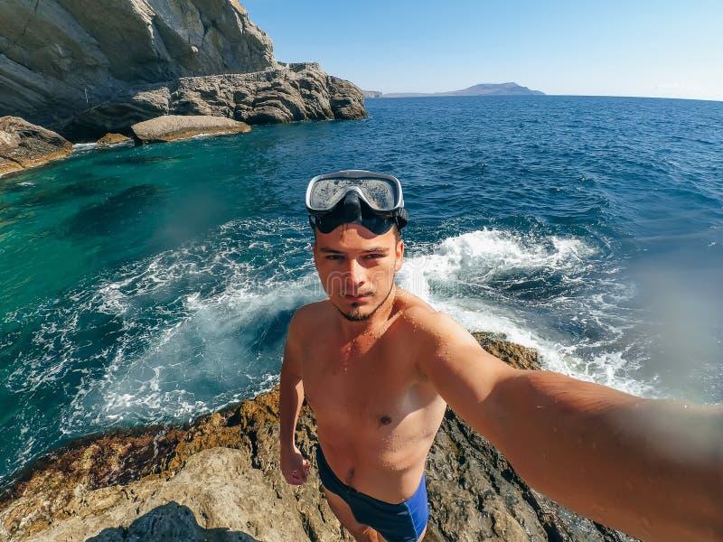 Bawi się mężczyzna w masce dla Snorkelling brać selfie obraz royalty free