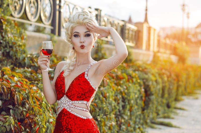 Bawi się, napojów, wakacji, luksusu i świętowania pojęcie, - smilin zdjęcia royalty free