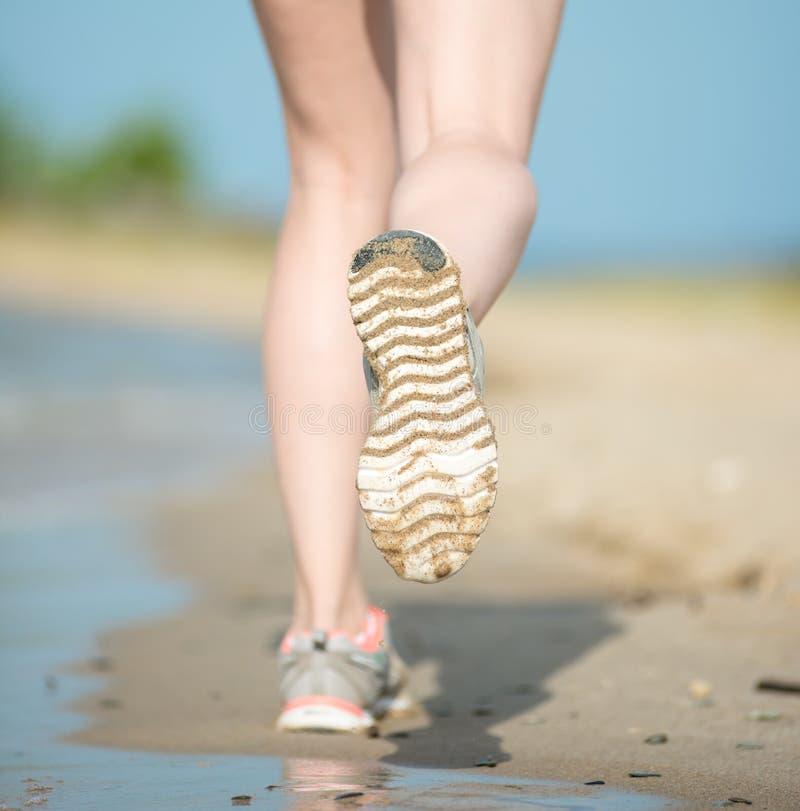 Bawi się obuwie, piasków odciski stopy i nogi zamykają up Biegaczów cieków d obraz stock