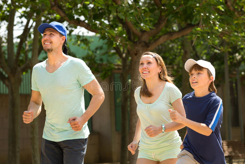 Bawi się rodzinny robi biegać plenerowy obraz stock