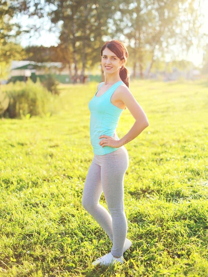 Bawi się, sprawności fizycznej pojęcie - piękny uśmiechnięty kobiety narządzania bieg obrazy royalty free