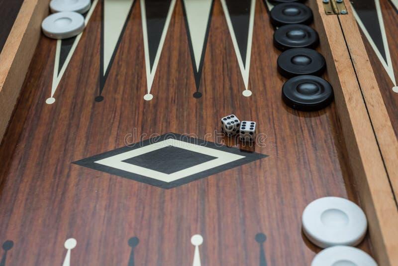 Baxkgammon aberto, parte dele com corta e lasca-se, close up imagem de stock