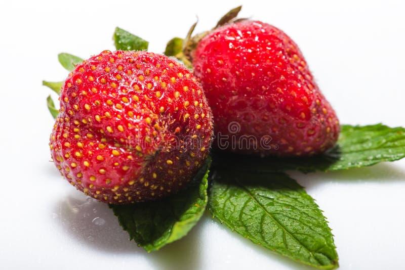 Baya de las fresas en el fondo blanco foto de archivo
