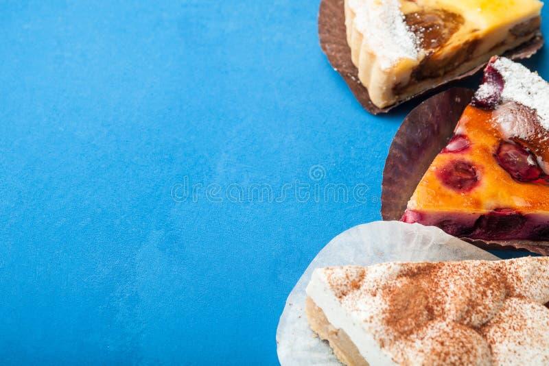 Baya, manzana y tartas de crema orgánicas hechas en casa, espacio vacío para el texto imagenes de archivo