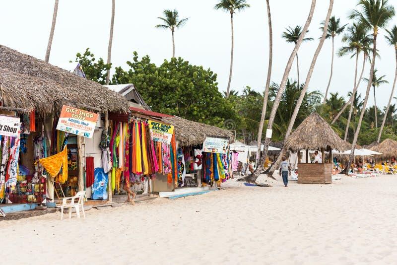 BAYAHIBE, REPÚBLICA DOMINICANA - 21 DE MAIO DE 2017: Vista de lojas da praia Copie o espaço para o texto imagem de stock royalty free