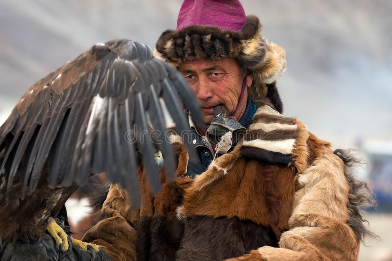 Bayan-Olgii Mongoliet - Oktober 01, 2017: Guld- Eagle Festival Stående av mongoliska Hunter With Expressive Sight Prepares en Gol arkivfoto