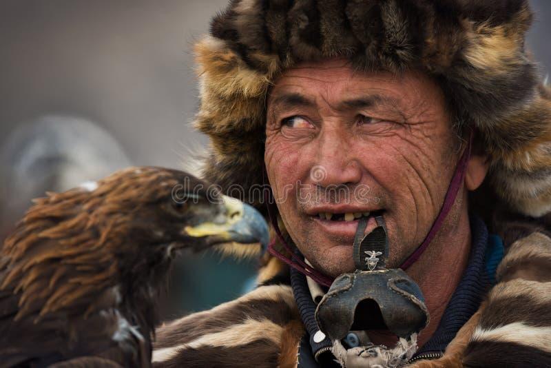 Bayan-Ulgii, Монголия - 1-ое октября 2017: Фестиваль беркута Портрет неизвестного монгольского охотника с выразительными визирова стоковое изображение