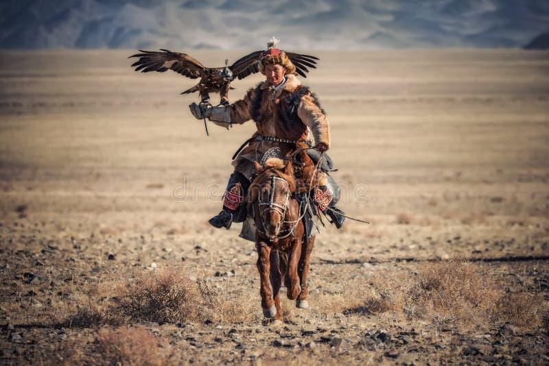 Bayan-Ulgii, Mongólia ocidental - 7 de outubro de 2018: Eagle Festival dourado Sunny Day And Mongolian Nomad-Hunter com grande do fotografia de stock