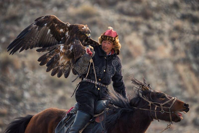 Bayan-Ulgii, Mongolië - Oktober 01, 2017: Gouden Eagle Festival Indrukwekkend Mongools Hunter In Traditional Clothes Astride een  stock afbeelding