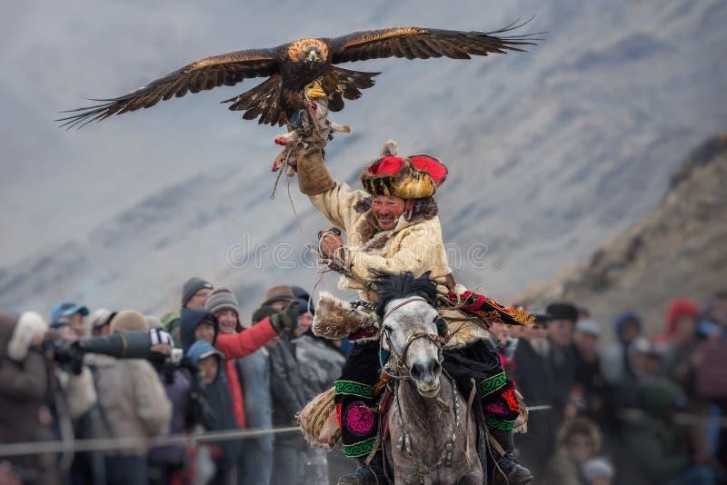 Bayan-Ulgii, Mongolië - Oktober 01, 2017: Gouden Eagle Festival Zegevierend Mongools Hunter Berkutchi In Traditional Clothes Ridi royalty-vrije stock afbeeldingen