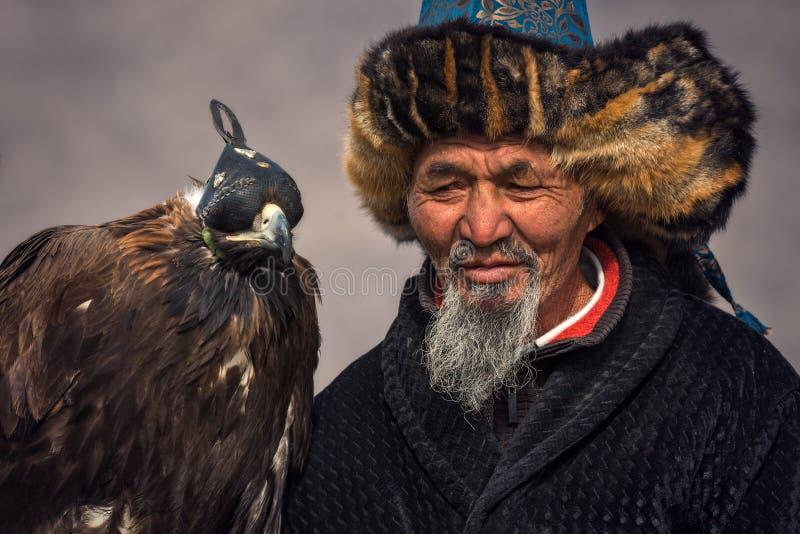 Bayan-Ulgii, Mongolië - Oktober 01, 2017: Traditioneel Gouden Eagle Festival Oude Greybearded Mongools Hunter Berkutchi With G stock foto